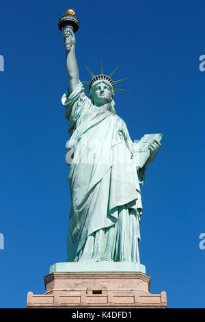 Statue de la liberté avec vue avant du socle dans une journée ensoleillée, ciel bleu à New York Banque D'Images