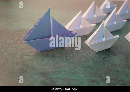 Papier Origami voiliers, leadership, tonification du concept d'entreprise Banque D'Images