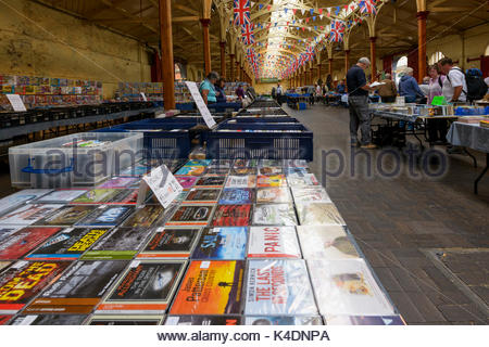 Les étals de marché intérieur, Barnstaple, Devon, Angleterre, Royaume-Uni Banque D'Images