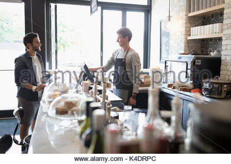 Commande client masculin de travailleur au cafe counter Banque D'Images