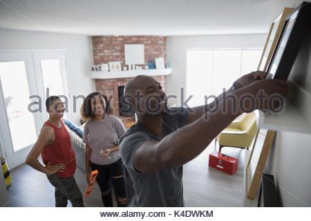 La pendaison de la famille des cadres d'image sur une étagère dans la salle de séjour Banque D'Images
