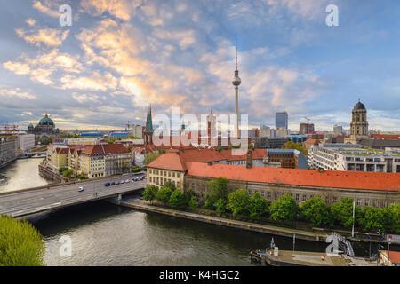 Coucher du soleil sur les toits de la ville de Berlin à la rivière Spree avec de la cathédrale de Berlin, Berlin, Banque D'Images