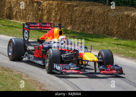 2011 Red Bull RB7-Renault F1 voiture avec chauffeur pierre gasly au goodwood festival of speed 2017, Sussex, UK. Banque D'Images