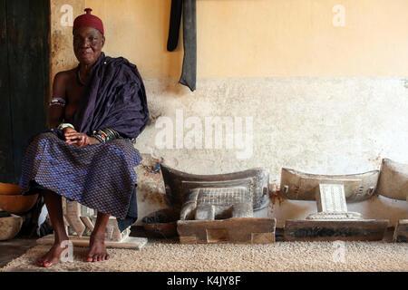Vieille prêtresse vaudou dans son couvent, togoville, Togo, Afrique de l'ouest, l'Afrique Banque D'Images