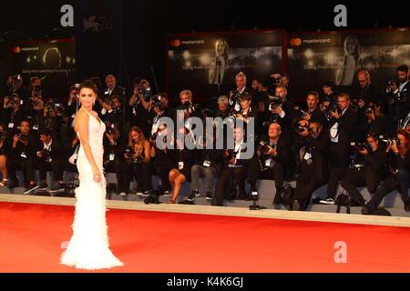 L'Italie, Venise: l'actrice Penelope Cruz s'occupe pendant la première du film 'Loving Pablo' au cours de la 74e Banque D'Images