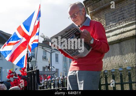 Mansfield, Nottinghamshire, Angleterre. 6 septembre 2017. Les hommes de race blanche âgées lecture de journal a Banque D'Images