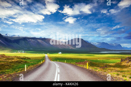 Route asphaltée vers les montagnes de l'Islande.