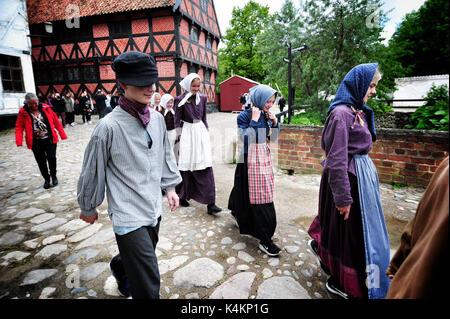 Les gens en costumes à Den Gamle By (la vieille ville), un musée folklorique en plein air connu à Aarhus, Danemark.