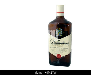 Moscou, Russie - 17 avril 2015: Bouteille de Ballantines blended Scotch whisky.