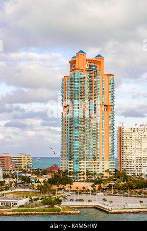 Grand appartement moderne et coloré au bord de l'édifice, vue sur l'océan des tours d'appartements et maisons de vacances côtières à Miami Beach, Miami, Floride, USA