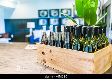 Libre de caisse de bouteilles de vin sur la table dans la pièce dans la maison, chambre ou appartement Banque D'Images