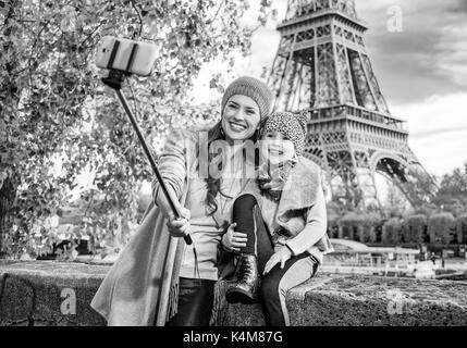 Escapades d'automne à Paris avec la famille. bonne mère et l'enfant les touristes sur le quai près de la tour Eiffel Banque D'Images