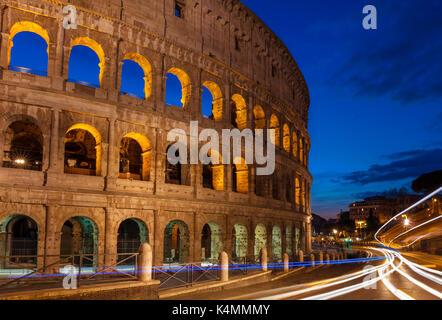 Italie ROME ITALIE Rome colisée ou amphithéâtre Flavien dans la nuit avec un feu de circulation pédestre Rome Latium Banque D'Images