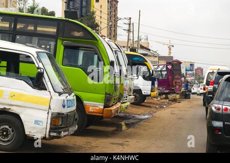 Les autobus et les matatus sur le côté de la route après avoir été lavé et nettoyé, Nairobi, Kenya Banque D'Images