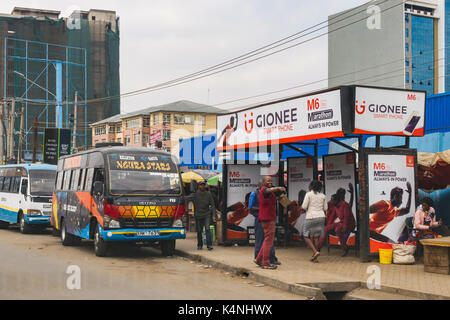 Arrêt de Bus, bus, abris bus et passagers, Nairobi, Kenya Banque D'Images