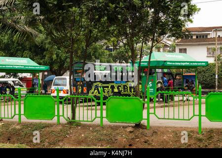 Principale station de bus avec le bus, abris bus et passagers, Waiyaki Way, Nairobi, Kenya Banque D'Images