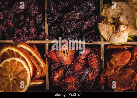 Des baies séchées et les fruits, la récolte pour l'hiver: abricots, pommes, fraises, framboises, cerises, oranges. Banque D'Images