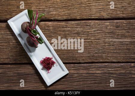Vue de dessus de betterave dans un plateau sur la table en bois Banque D'Images