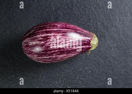 Vue aérienne de l'aubergine sur ardoise Banque D'Images