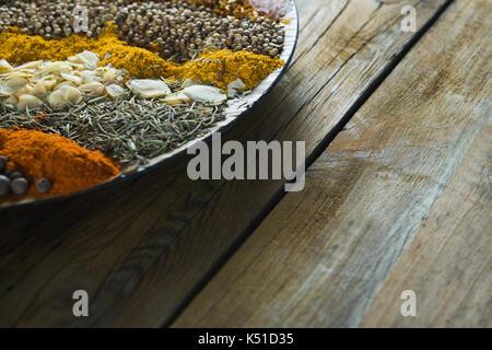 Close-up de divers types d'épices sur la plaque Banque D'Images