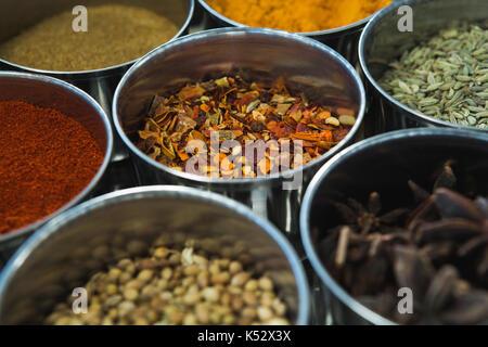 Close-up de boîte à épices typique avec plusieurs conteneurs Banque D'Images