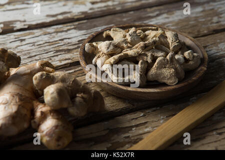 High angle view of dried gingers en plaque de bois sur table patiné Banque D'Images