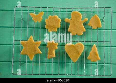 Vue de dessus de cookies sur grille de refroidissement à table en bois Banque D'Images