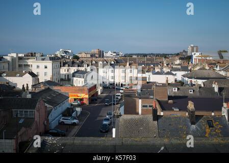 Maisons et rue dans le centre-ville de worthing West Sussex, Angleterre, Royaume-Uni. Banque D'Images