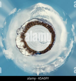 Petite planète sphère 360° panorama du volcan koryaksky. et les paysages enneigés. kamchatka. Extrême-Orient de Banque D'Images