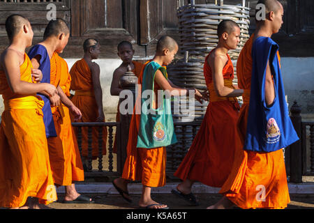 Chiang Mai, Thaïlande - 1/29/2016: novice moines au wat prasat temple à Chiang Mai, Thaïlande.