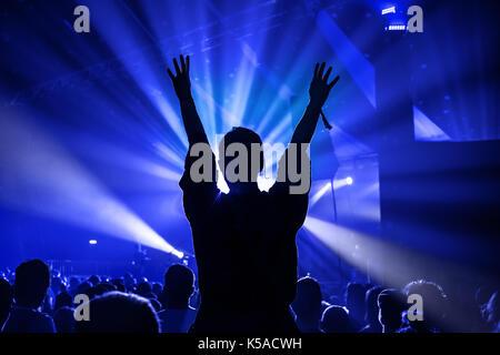 Silhouette d'une femme tandis que la danse s'est assis sur les épaules de quelqu'un à un concert de musique Banque D'Images