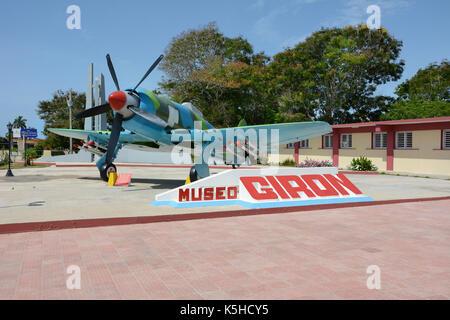 Playa Giron, Cuba - juillet 24, 2016: le musée de la baie des Cochons. vintage avion en face du musée consacrée Banque D'Images