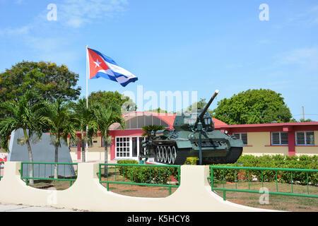 Playa Giron, Cuba - juillet 24, 2016: le musée de la baie des Cochons. réservoir et d'un drapeau en face du musée Banque D'Images