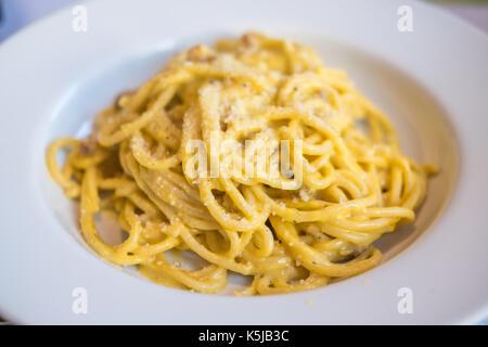 Spaghetti carbonara servi sur plaque blanche. soft focus. Banque D'Images