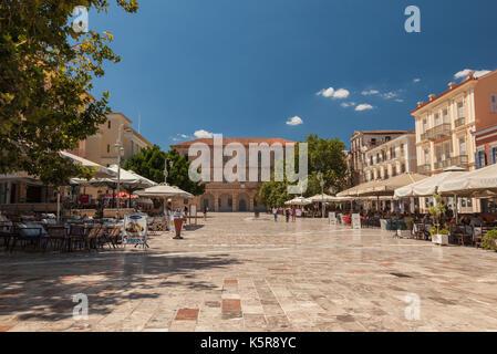 La place Syntagma à Nafplion, Grèce. Nauplie ou Nauplie, dans le Péloponnèse, est l'ancienne capitale de la Grèce. Banque D'Images