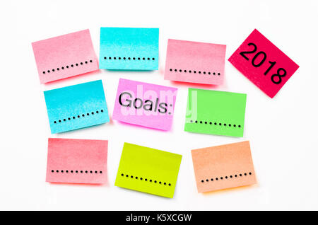 Sticky note papier coloré, avec ses objectifs 2018 sur mur blanc arrière-plan. Banque D'Images