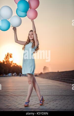 Belle femme avec des ballons multicolores Banque D'Images