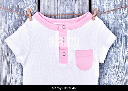 Body bébé blanc accroché dans un magasin 69b46b6b26c