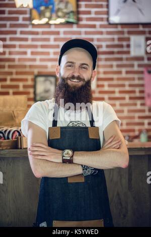 Portrait d'un endroit frais hairstylist looking at camera avec confiance Banque D'Images