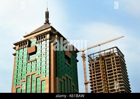 Ville de Taiyuan, province de Shanxi, en Chine. nouveau et en construction des tours de bureaux sur yingze street Banque D'Images