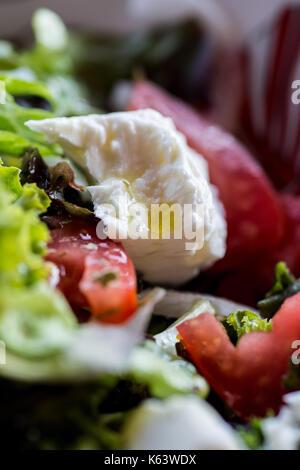Salade grecque à la feta, l'huile d'olive, tomates, laitue, l'oignon et l'origan. légumes frais. Banque D'Images