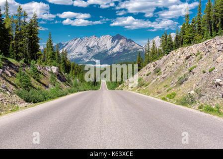 Belle route à travers les Rocheuses canadiennes dans le parc national de Banff, Canada. Banque D'Images