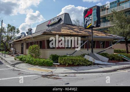 Miami, Floride, USA. Sep 11, 2017. Un restaurant Pizza Hut lourdement endommagé par l'ouragan irma est vu à Miami, Banque D'Images