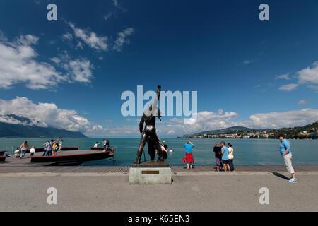 La statue de Freddie Mercury avec vue sur le lac Léman à Montreux Suisse. freddie est entouré par les fans de Queen et leur musique