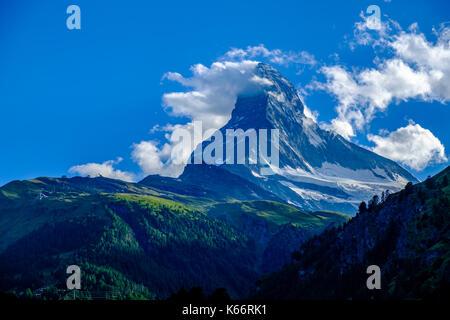 L'Est et la face nord du mont Cervin, Monte Cervino, avec des nuages autour du sommet Banque D'Images