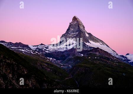 L'Est et la face nord du mont Cervin, Monte Cervino, avec purple sky avant le lever du soleil Banque D'Images