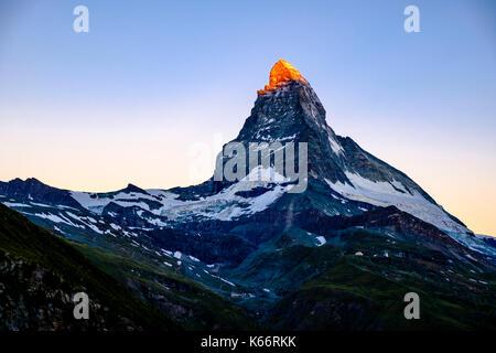 L'Est et la face nord du mont Cervin, Monte Cervino, grâce à la lumière du soleil de toucher le sommet au lever Banque D'Images