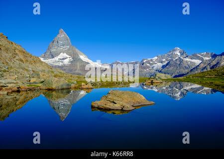 La face est du Cervin, Monte Cervino, miroir dans le lac au lever du soleil riffelsee Banque D'Images