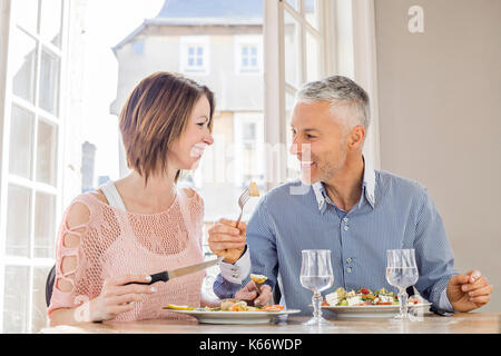 Caucasian couple eating salad in restaurant Banque D'Images