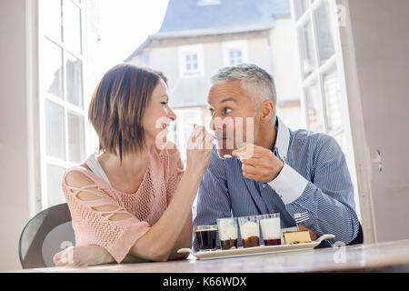 Woman man in restaurant dessert alimentation Banque D'Images
